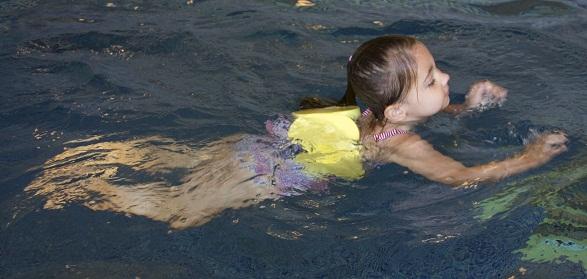 Eerst leren zwemmen met kurkjes